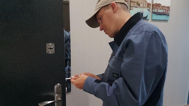 Мастер выполняет перекодировку замка входной двери
